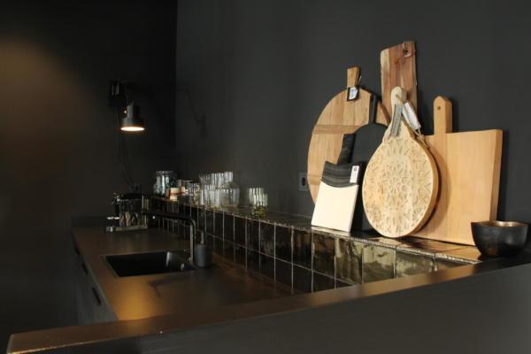 Keuken EQ Interieur zwart met gouden tegeltjes