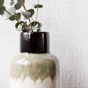 De vaas is leuk te combineren met een bosje bloemen of stoere takken
