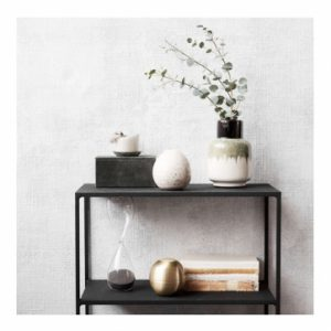 De Ruka vaas als decoratief item op een kast