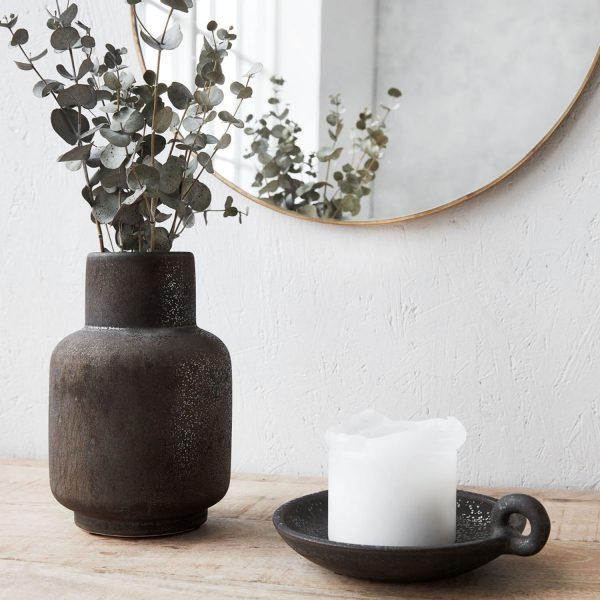 De stoere vaas is leuk te combineren met een bosje bloemen of stoere takken
