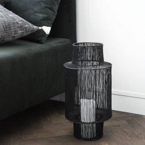 Door de open structuur van de lantaarn zorgt het kaarslicht voor een speelse tekening op de muren.