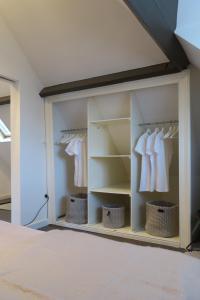 De t-shirts in de kast zijn opgehangen om aan te geven welke functie deze ruimte heeft