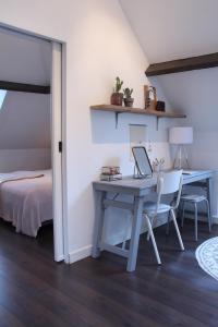 Het bureau gevuld met een aantal functionele én decoratieve itemsHet bureau gevuld met een aantal functionele én decoratieve items