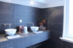 In de badkamer zijn een aantal decoratieve items neergezet om sfeer te creëren