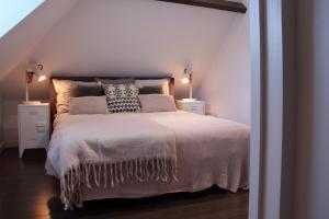 De kussens op het bed zijn neergelegd om kijkers een warm gevoel te geven