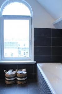 De badkamer krijgt door het licht een frisse uitstraling
