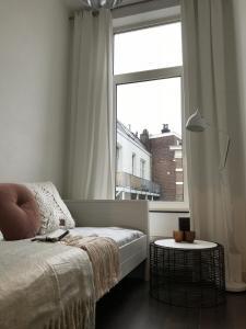 Klein logeerkamertje met bedbank om TV te kijken of te chillen