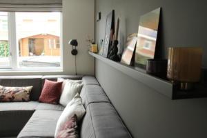 Wandplank over gehele muur met decoratie