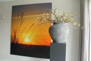Wand decoratie en zuil met grote pot en siertakken