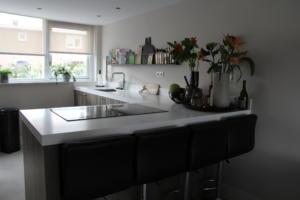 Open witte keuken met hout