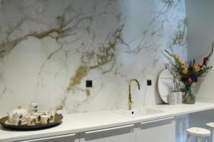 Keuken wit met marmer goud