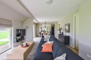 Grote woonkamer met hoekbank in vakantiehuis